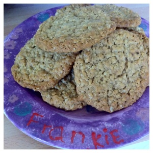 Here they are, all ready to be eaten with a cup of tea! Gorgeously chewy oat cookies, nomnomnom!